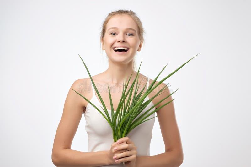 快乐的少妇用葱 健康的食物 图库摄影