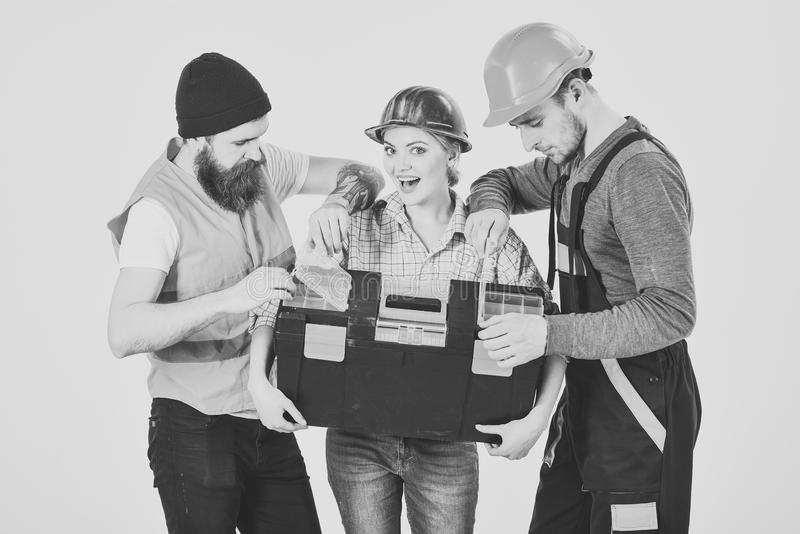 快乐的工作者公司,建造者,修理匠,石膏工 强的妇女概念 妇女拿着工具箱,看的人  库存图片