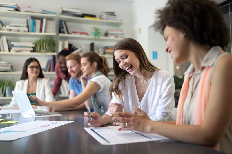 快乐的工友在办公室在公司会议期间 免版税图库摄影