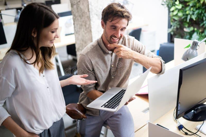 快乐的工友在办公室在公司会议期间 免版税库存图片