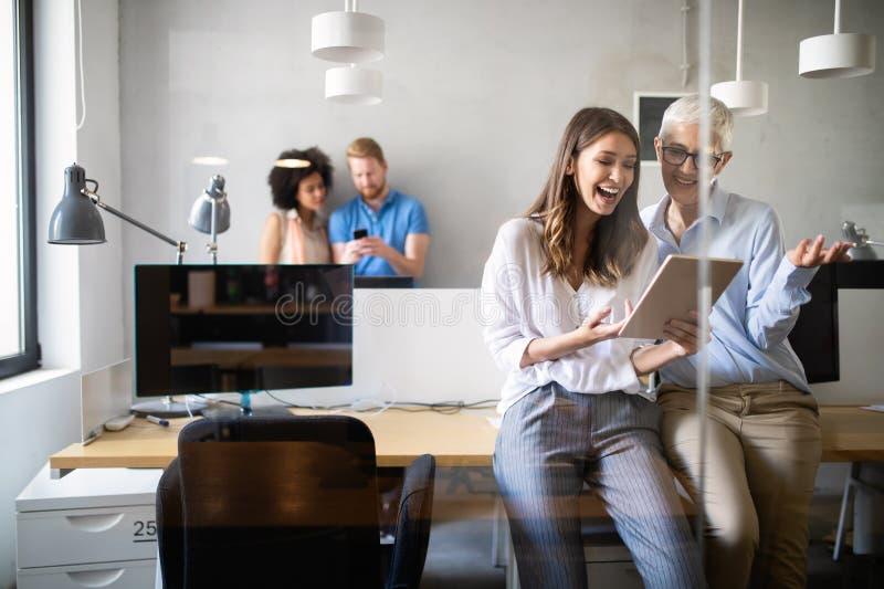 快乐的工友在办公室在公司会议期间 免版税库存照片
