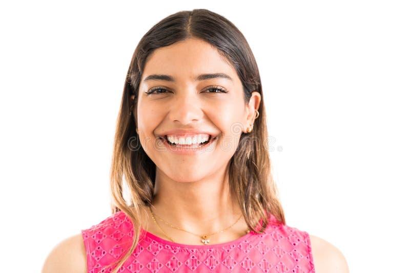快乐的年轻女人在简单的背景中的联系目光接触 免版税库存图片