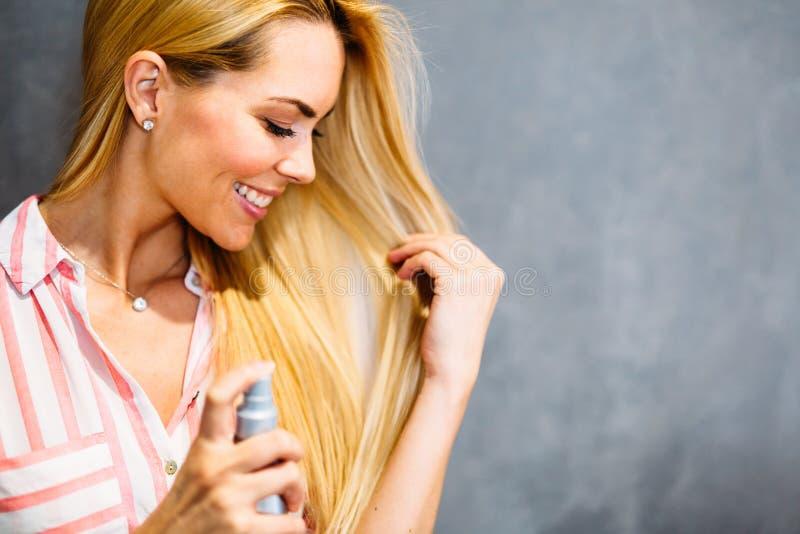 快乐的年轻美丽的白肤金发的妇女画象  免版税库存图片