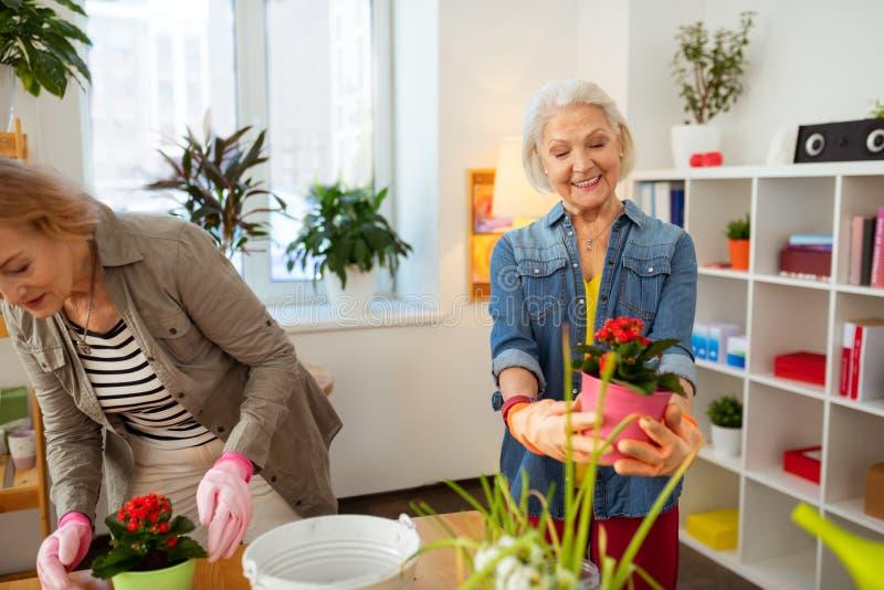 快乐的年迈的妇女在一种正面心情 免版税库存图片