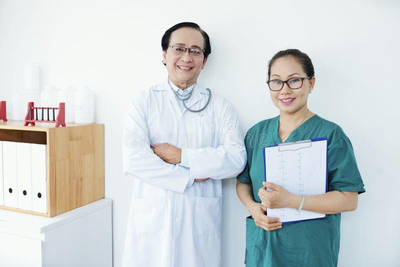 快乐的心脏科医师和护士 库存照片