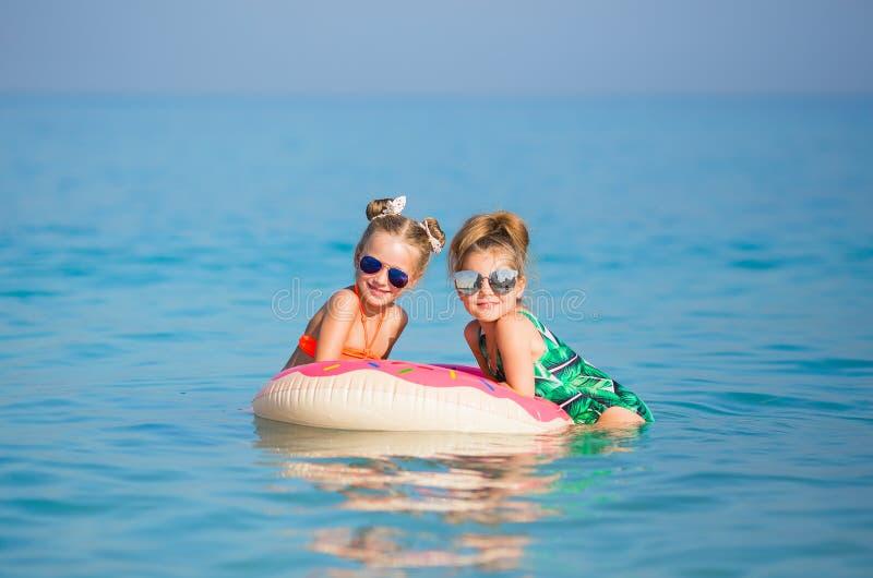 快乐的愉快的女孩有海的一基于 图库摄影