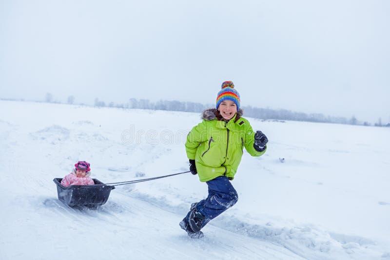 快乐的愉快的男孩和女孩画象冬天衣裳的 免版税库存照片