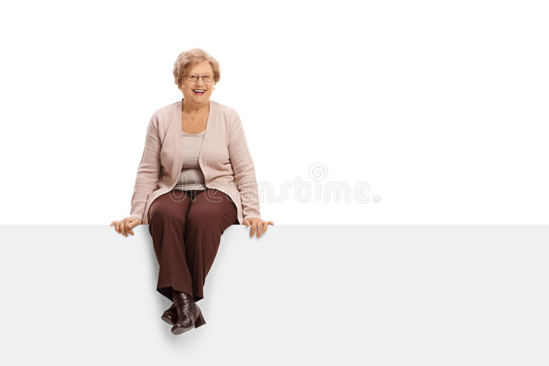 快乐的成熟妇女坐盘区 库存图片