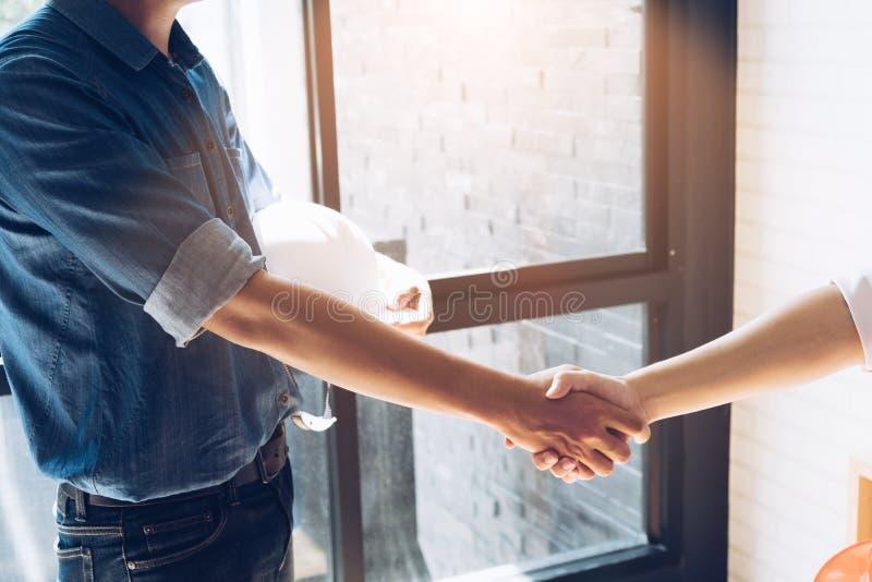 快乐的握手,雇佣合同d的建筑师和工程师 库存图片