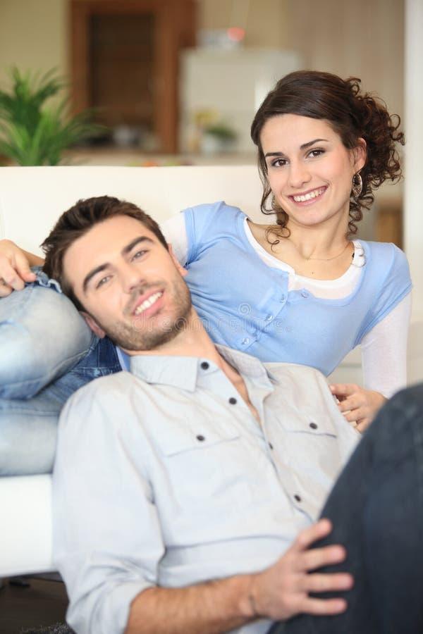 快乐的新夫妇 库存图片
