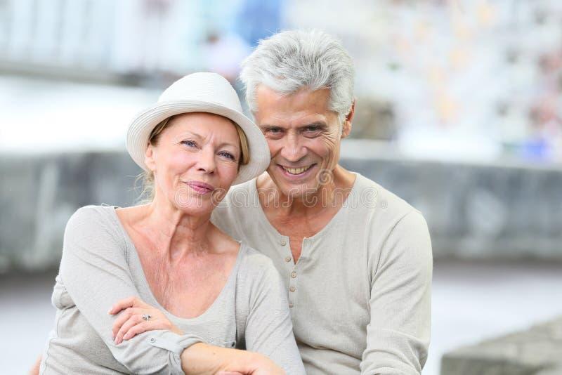 快乐的时髦资深夫妇画象在旅行的 库存照片