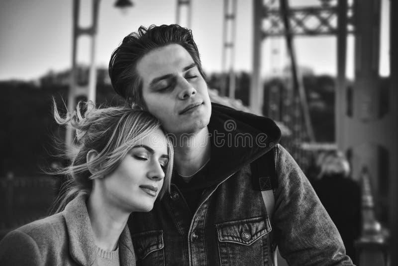 快乐的有吸引力的可爱的时髦的时髦夫妇画象  免版税库存照片