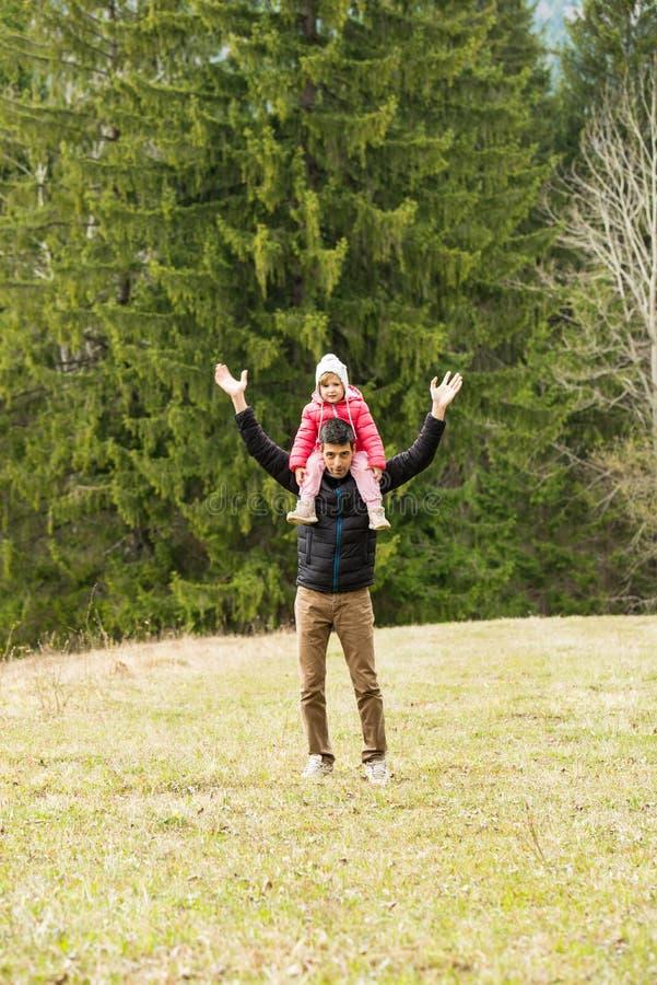 快乐的有爸爸和的女儿步行 免版税库存照片