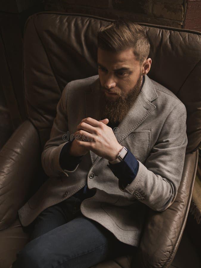 快乐的有胡子的人做出严肃的决定 免版税图库摄影