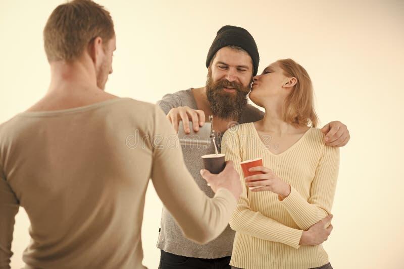 快乐的朋友公司花费与饮料的休闲 人拿着杯子,有酒精的烧瓶,讲话 乐趣和休闲概念 库存图片