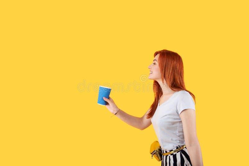 快乐的正面妇女有咖啡杯在她的手 图库摄影
