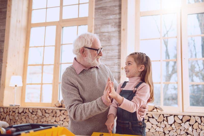 快乐的正面给上流五的祖父和孙女 免版税库存照片