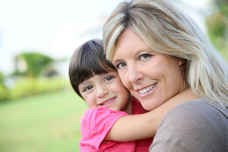 快乐的母亲和她的小女孩画象  库存照片