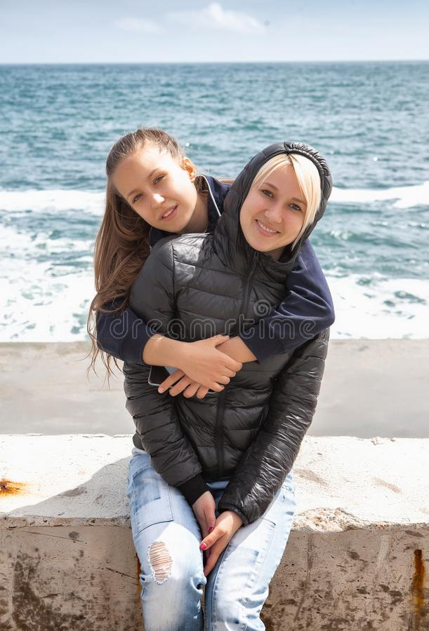 快乐的母亲和海滨的女儿 库存照片