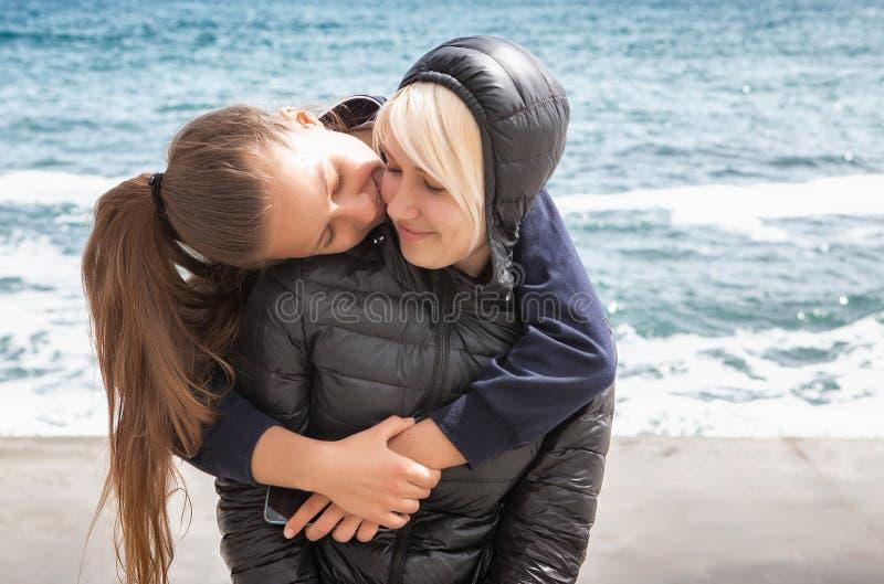 快乐的母亲和海滨的女儿 免版税图库摄影