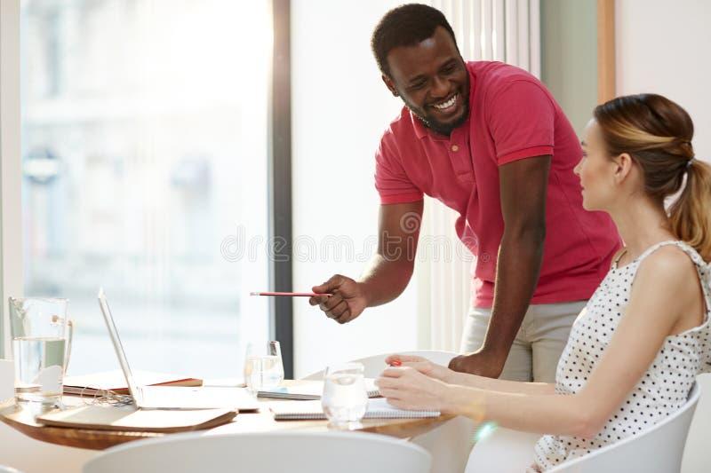 快乐的沟通的不同种族的工友 免版税图库摄影