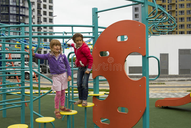 快乐的活跃童年 使用在操场的嬉戏的孩子 孩子获得乐趣在夏天 图库摄影