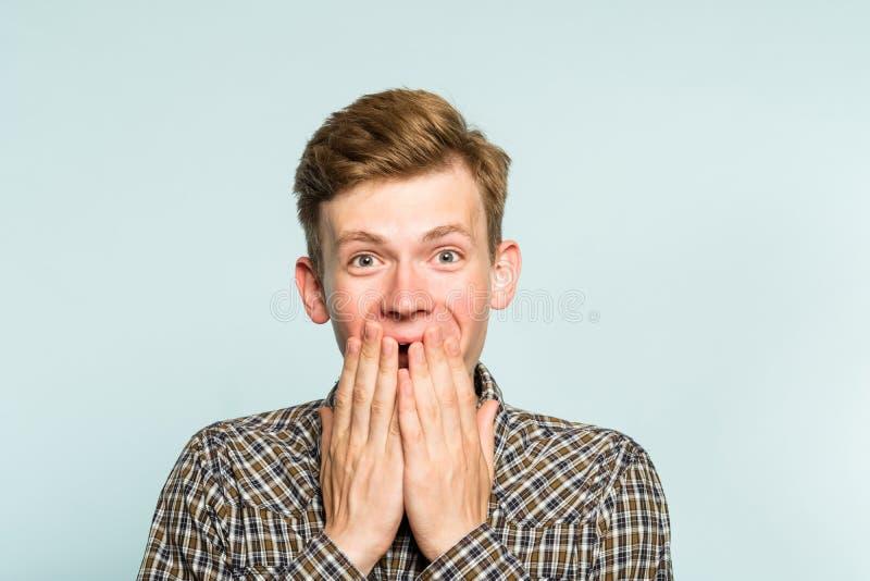 快乐的激动的愉快的人覆盖物嘴情感 库存图片