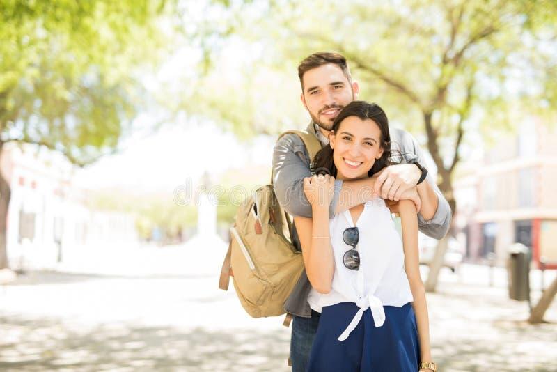 快乐的爱恋的夫妇画象享受在计数的风景 库存照片