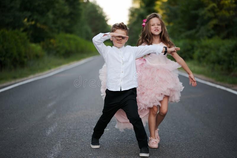 快乐的男孩和女孩在外面 库存照片