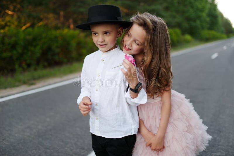 快乐的男孩和女孩在外面 免版税库存照片