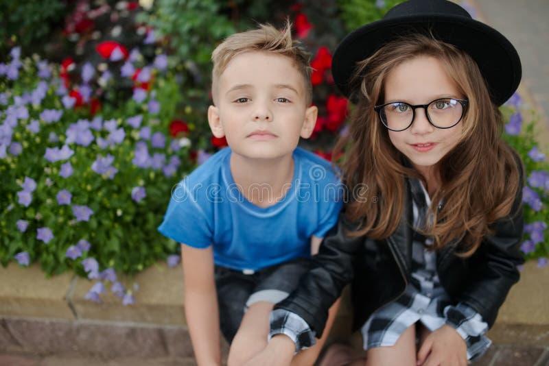 快乐的男孩和女孩在外面 图库摄影
