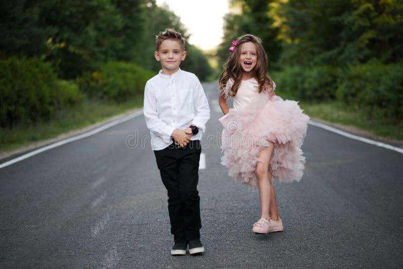 快乐的男孩和女孩在外面 免版税库存图片