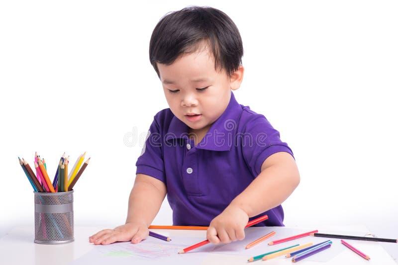 快乐的男孩图画画象与五颜六色的铅笔的 库存图片