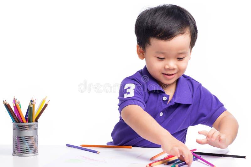 快乐的男孩图画画象与五颜六色的铅笔的 免版税库存照片