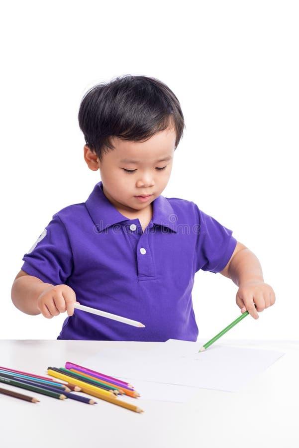 快乐的男孩图画画象与五颜六色的铅笔的 免版税图库摄影