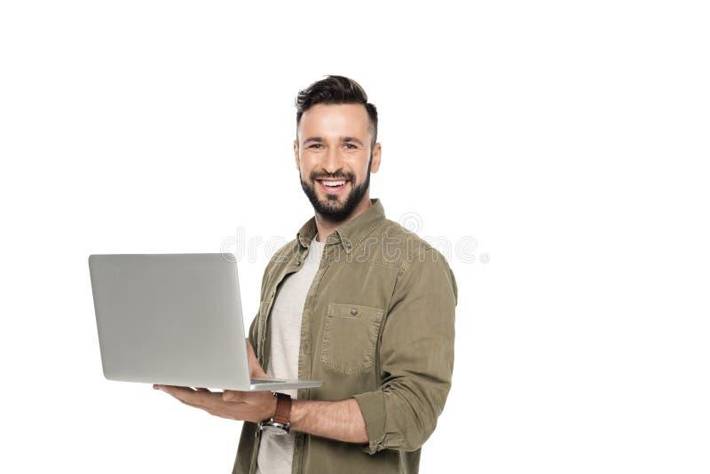 快乐的白种人人画象有看照相机的膝上型计算机的 免版税库存照片