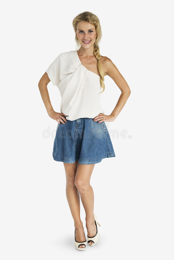 快乐的白肤金发的女孩站立的微笑的演播室概念 免版税图库摄影