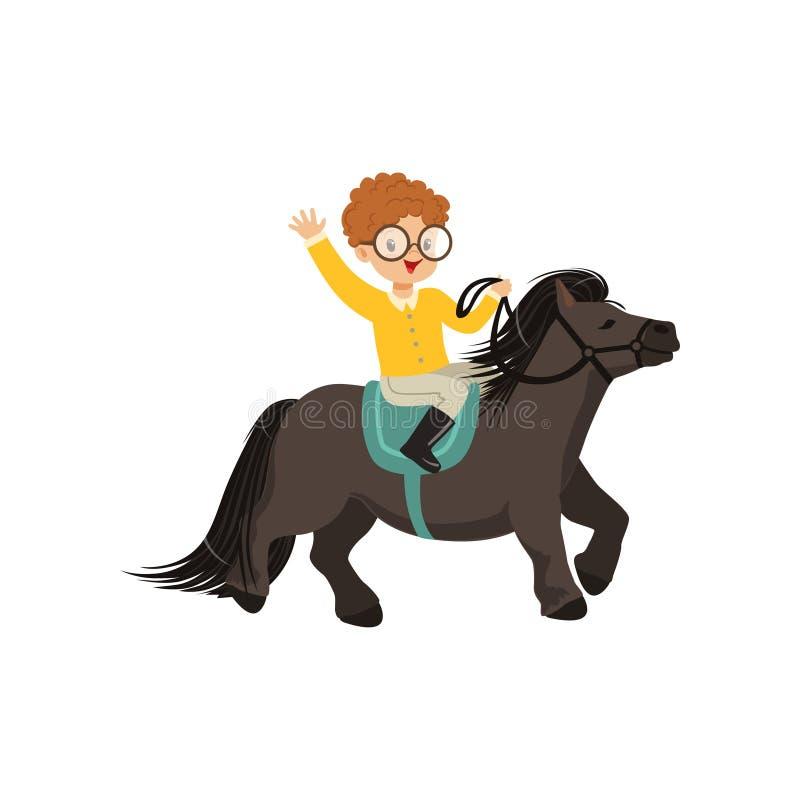 快乐的红头发人小男孩骑马小马马,儿童的马术运动传染图片