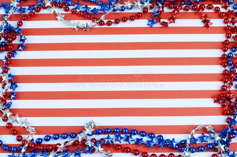 快乐的红色和白色水平的条纹形成背景 边界被形成在红色,银色和蓝色的发光的小珠 免版税库存图片