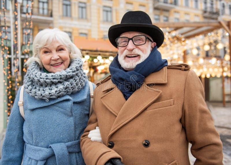 快乐的老放松在城市的男人和妇女 免版税图库摄影