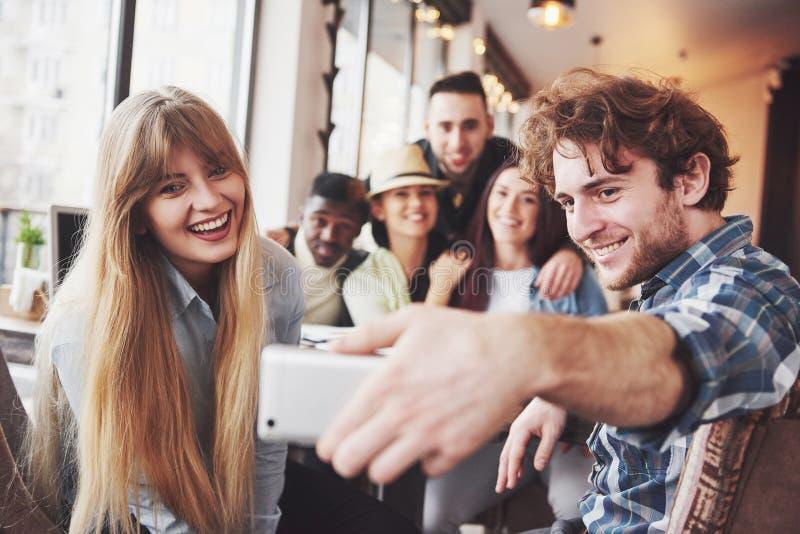 快乐的老朋友小组画象与彼此,朋友摆在咖啡馆的,获得都市样式的人民联络乐趣 免版税图库摄影