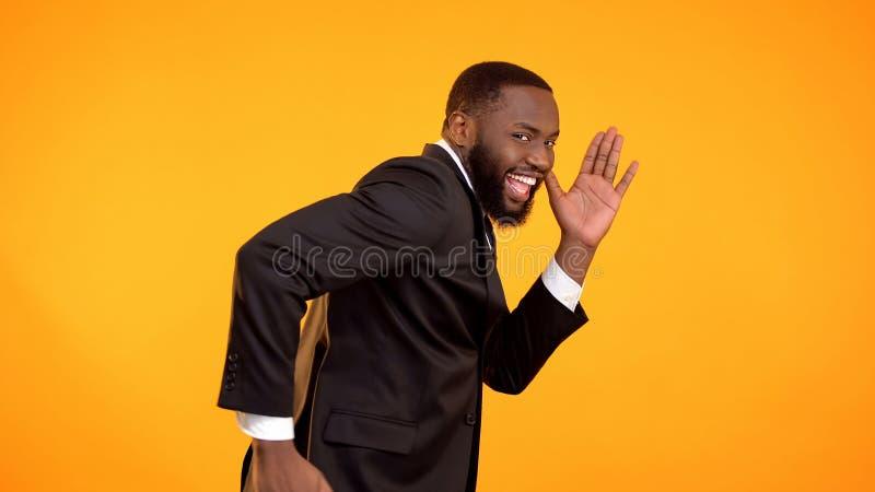快乐的英俊的美国黑人的人假装跑,黑星期五销售,折扣 免版税图库摄影