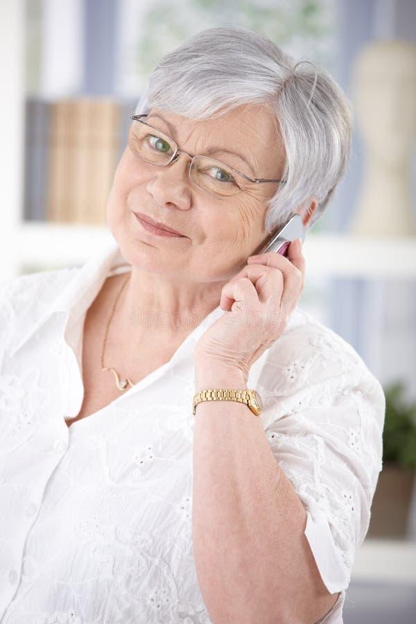 快乐的资深妇女谈话在机动性 免版税库存照片