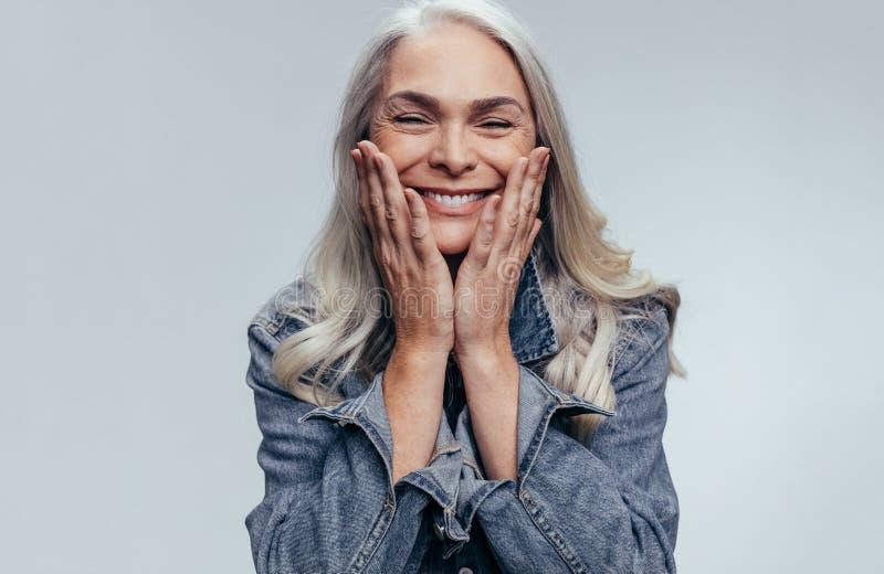 快乐的资深妇女 免版税图库摄影