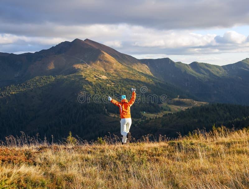 快乐的运动女孩在草坪上跳跃 高山高林高云秋 库存照片