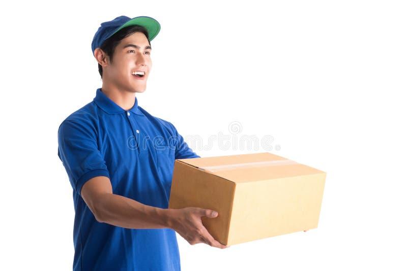 快乐的送货人 拿着纸板箱的愉快的年轻传讯者 库存图片