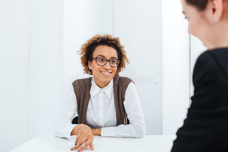 快乐的非裔美国人的新的位置的女实业家采访的候选人 免版税库存照片