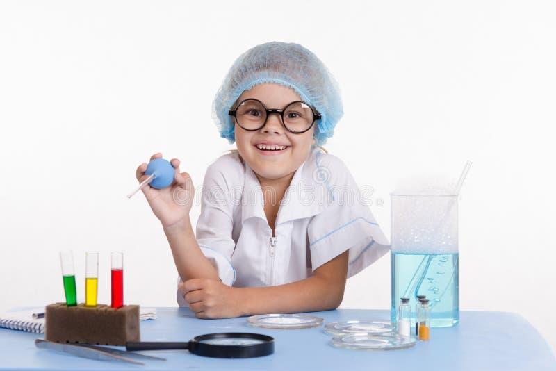 快乐的年轻化学家 免版税库存照片