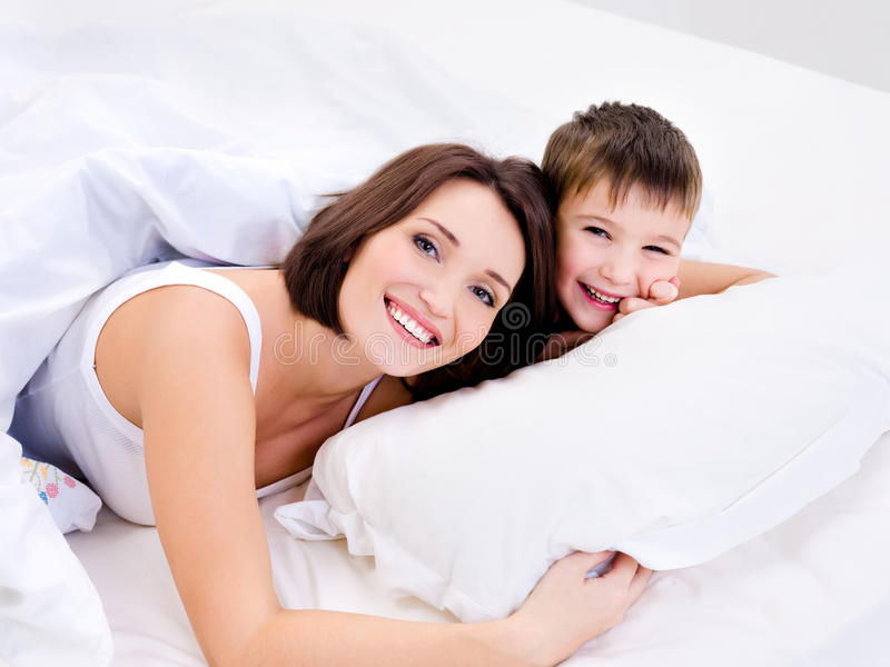 快乐逗人喜爱愉快她的母亲儿子 免版税库存照片