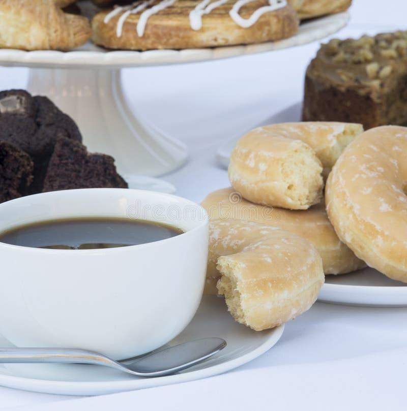 轻快早餐自助餐桌设置用咖啡和pastr 免版税库存图片
